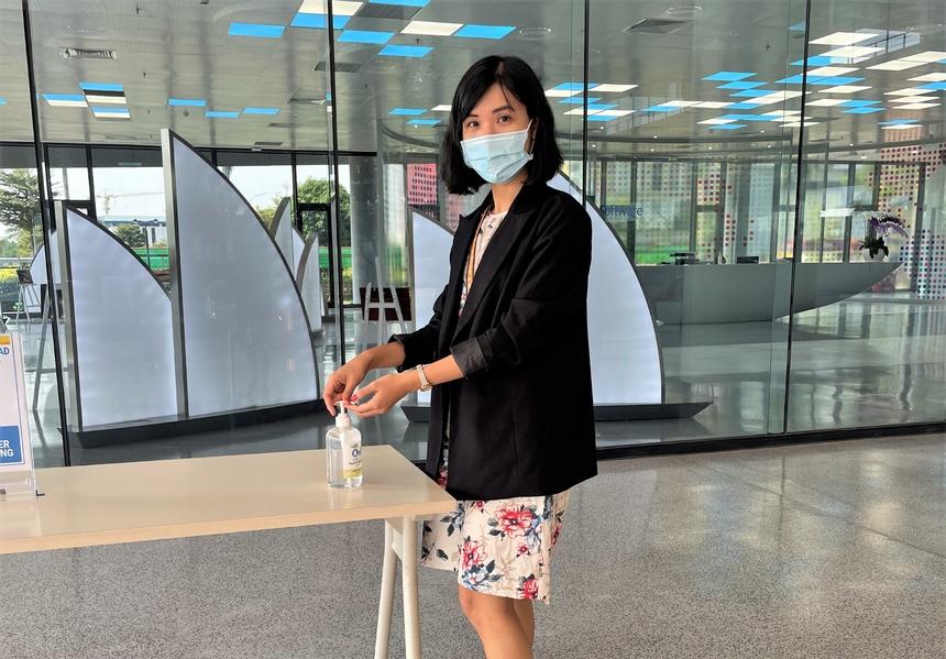 """Hoàn tất khai báo y tế trong mùng 5 (ngày 16/2), chị Phạm Thị Tuyết Mai nhận phần quà là 30 Gold khiến tâm trạng háo hức trở lại văn phòng sáng nay. Năm 2021 ghi dấu lần đầu đi làm, cô gái 9x ở đơn vị Phần mềm Chiến lược phía Nam (FHM, FPT Software) không được tụ họp chúc Tết và nhận lì xì từ các sếp. Thay vào đó, như mọi người nhà F, Mai lắc lì xì ở ứng dụng myFPT. """"Ngày đầu năm đi làm không xôn xao vui vẻ như những năm trước do phòng dịch nhưng tâm trạng lúc nào cũng háo hức đi làm lại. Năm nay dự án của đơn vị nhiều việc nên ai cũng cố chạy hết tốc lực ngay từ những ngày đầu năm"""", Mai chia sẻ và bày tỏ mong ước được làm những việc quan trọng. """"Khi Covid mới thấy chuyển đổi số là sống còn. Dự án của chúng tôi làm cho khách hàng Singapore, thấy giúp được đối tác trong việc nhờ app của FPT """"xây"""" để kích cầu khách hàng hiệu quả, ai cũng rất vui""""."""