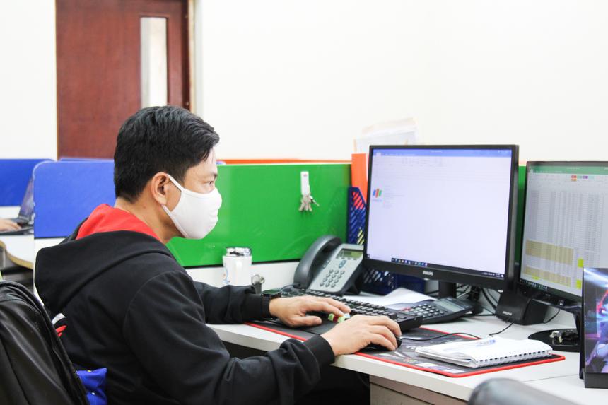 Trở lại sau chuỗi ngày nghỉ Tết, anh Đoàn Minh Khôi, nhân viên Synnex FPT miền Trung, tất bất trao đổi với khách hàng để đảm bảo tiến độ công việc. Anh cho rằng, kỳ nghỉ năm nay nhẹ nhàng, đơn giản nên ngày đầu đi làm trở lại mọi thứ vẫn bình thường, không gặp điều gì khó khăn.