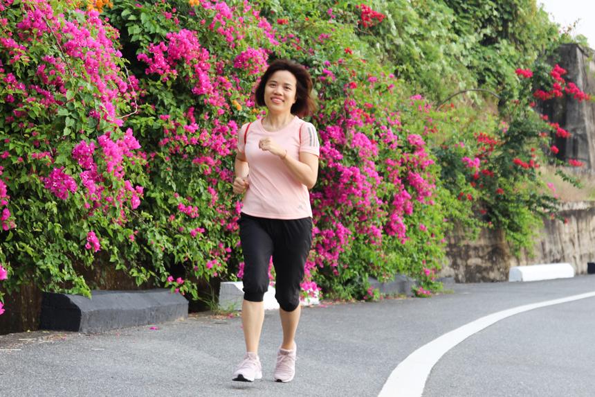 Chị Trần Bích Hà, Trung tâm dịch vụ SSC Đà Nẵng, cho biết bản thân tham gia để duy trì tập luyện, nâng cao sức khoẻ và chuẩn bị cho giải VnExpress Marathon Quy Nhơn sắp tới. Từ khi Hiệp hội FPT Run ra đời, chị Hà là một trong những thành viên tích cực, đều đặn tham gia các phong trào, thử thách chạy bộ.