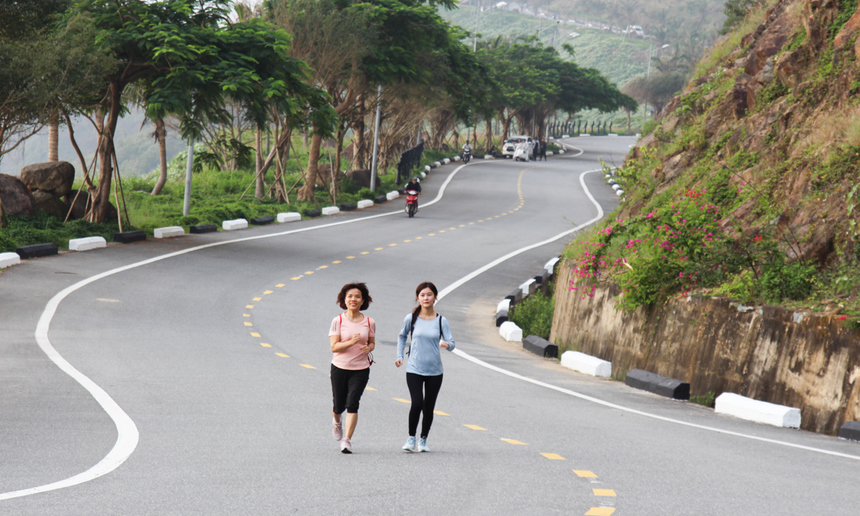 Từ 5h, các thành viên nhà Phần mềm Đà Nẵng (thuộc Hiệp hội FPT Run) đã có mặt tại chân núi Sơn Trà, khởi động trước lúc xuất phát. Ngoài mục tiêu tập luyện, các runner nhà F còn hạ quyết tâm chinh phục đỉnh Bàn Cờ - thiên đường tiên cảnh của thành phố.