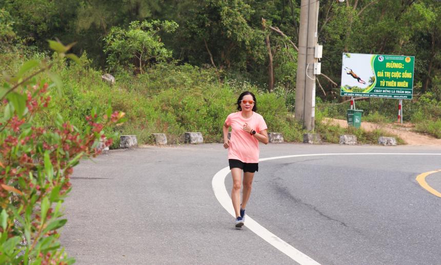 Là thành viên lớn tuổi nhất trong nhóm chạy, song chị Lương Bội Ngọc vẫn cho thấy sự dẻo dai, sức bền và tinh thần quyết tâm rất lớn. Chị đang có dự định sẽ tham gia giải marathon được tổ chức tại Gia Lai vào cuối tháng 3 này.