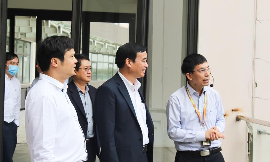 Cuối buổi làm việc, Chủ tịch UBND TP cũng dành thời gian tham quan trụ sở F-Complex, văn phòng làm việc của CBNV nhà Phần mềm. Ông tin tưởng, với những gì FPT đã, đang và sẽ làm, đơn vị sẽ không ngừng lớn mạnh, đóng góp vào sự phát triển của Đà Nẵng, đặc biệt trong lĩnh vực CNTT.