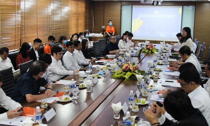 Giới thiệu với lãnh đạo thành phố về tình hình hoạt động của FPT trong năm 2020, CEO Nguyễn Văn Khoa nhấn mạnh, mặc những ảnh hưởng từ Covid, doanh thu của FPT vẫn tăng trưởng ổn định. Trong đó, các lĩnh vực kinh doanh cốt lõi của Tập đoàn như: Công nghệ, Viễn thông và Giáo dục đều đã có mặt tại địa phương, đóng góp rất lớn vào sự phát triển của thành phố.