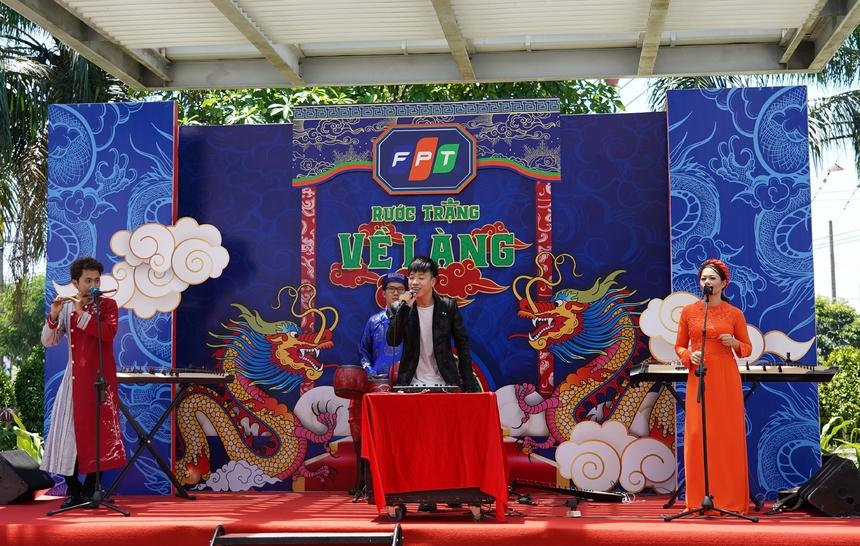 """Thái Sơn Beatbox gây ấn tượng với phần trình bày ca khúc """"Chiếc khăn Piêu"""" kết hợp cùng ban nhạc Dân Tộc."""