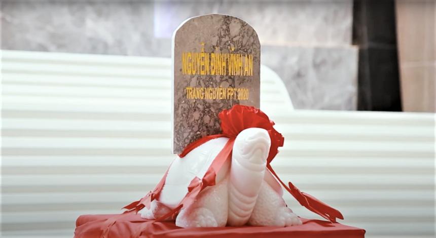 """Khi Tam khôi bắt đầu bước vào trong tiếng nhạc """"Lưu thủy kim tiền"""" và tiếng trống chiêng, ở đầu cầu Hà Nội đồng thời diễn ra lễ rước rùa từ FPT Building (17 Duy Tân) về tổ hợp mới FPT Tower (Phạm Văn Bạch). Như vậy, rùa khắc tên Trạng nguyên Nguyễn Đình Vĩnh An là cụ rùa đầu tiên """"xông đất"""" nhà mới của người F. Ảnh: FUN"""