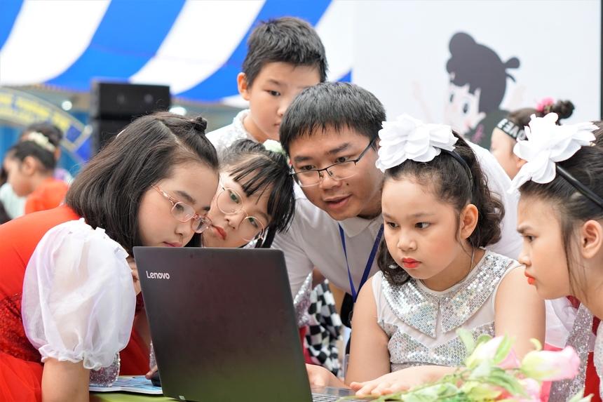 Dưới sự hướng dẫn của những người phụ trách gian trải nghiệm, hàng trăm lượt học sinh đã được thử sức với những kiến thức Toán học từ nền tảng VioEdu.