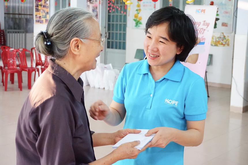 Trước sứ mệnh đặc biệt của Quỹ Hy vọng, Chủ tịch FPT Trương Gia Bình đã quyết định tuyên dương và trao tặng Sao Chiến công FPT hạng Nhất cho Quỹ, cùng phần thưởng 40 triệu đồng. Đồng thời, chị Nguyễn Xuân Tú (phải) được bổ nhiệm làm Giám đốc Quỹ. Hiện nay, dự án Mặt trời hy vọng đã được khởi động, hỗ trợ chi phí điều trị cho 18 em nhỏ mắc bệnh ung thư.