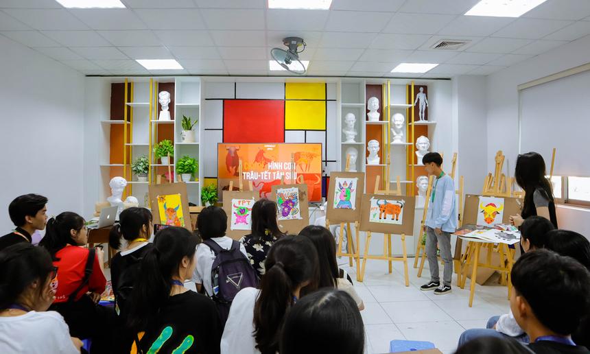 Tham gia ngày hội, các bạn trẻ còn được tham gia vẽ tranh, thưởng thức các tiết mục nhạc cụ dân tộc, biểu diễn võ Vovinam độc đáo của sinh viên trường Đại học FPT Đà Nẵng.