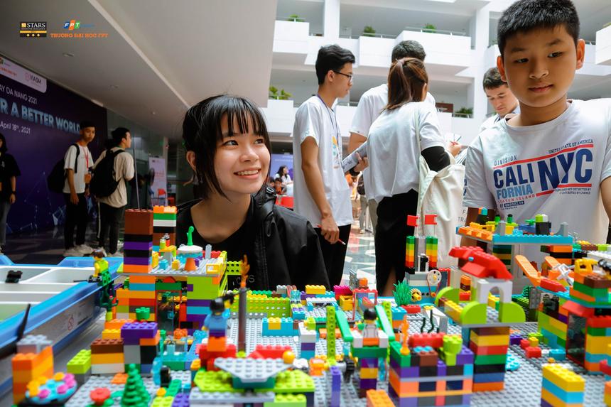 Song song với việc lắng nghe các bài giảng chuyên môn, những người yêu Toán còn được tham gia hàng loạt hoạt động trải nghiệm Toán học thông qua các trò chơi, mô hình tại Ngày hội.