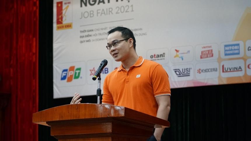"""""""Đại học Bách khoa là cái nôi đào tạo ra các kỹ sư về CNTT và kỹ thuật hàng đầu Việt Nam. Và trong hơn 30 năm phát triển của Tập đoàn FPT, có đến 7.000 nhân sự, trong đó khoảng 60 quản lý cấp cao, đã được đào tạo và rèn luyện tại Đại học Bách khoa"""", Phó Giám đốc Nhân sựFPT - anh Nguyễn Khánh Tiệp, đại diện Tập đoàn chia sẻ tại sự kiện."""