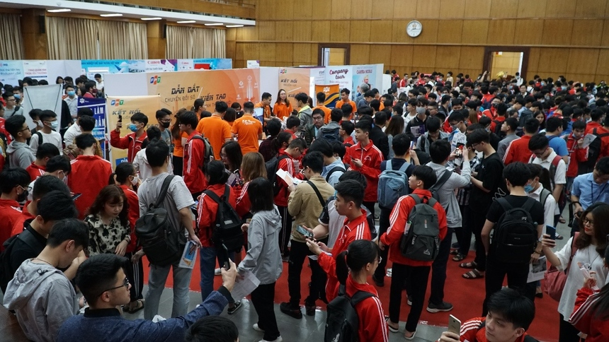 FPT tham gia Ngày hội việc làm - Job Fair Bách Khoa 2021 với 3 đại diện là FPT Software, FPT Telecom và FPT IS với cơ hội việc làm đa dạng, phù hợp với nhu cầu của đa số sinh viên.