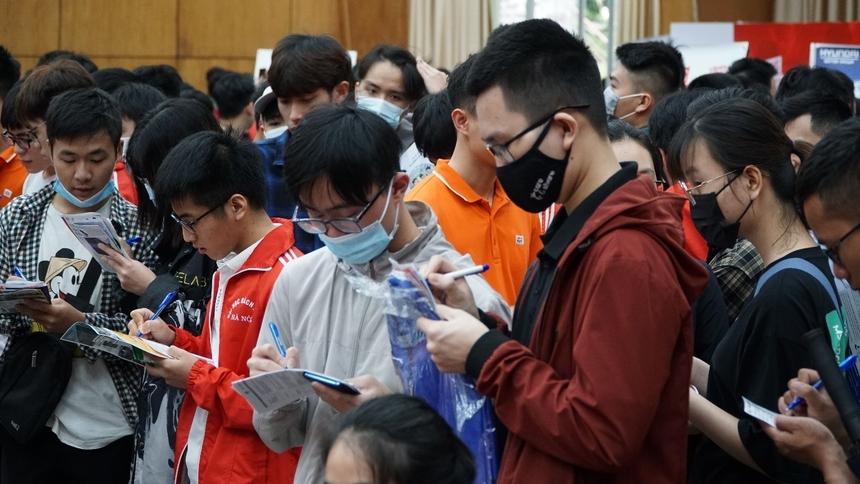 Ngay từ đầu giờ sáng, rất đông sinh viên đã thăm gian hàng FPT để điền thông tin, nghe tư vấn cũng như tham gia các trò chơi sôi động như Kahoot!, bốc thăm trúng thưởng, ném phi tiêu…