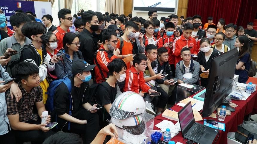Đúng chất vui tươi của nhà F, rất nhiều hoạt động minigame, tặng quà, trao học bổng khóa học đã được tổ chức và thu hút sự tham gia đông đảo, tích cực của các sinh viên tại hội trường.