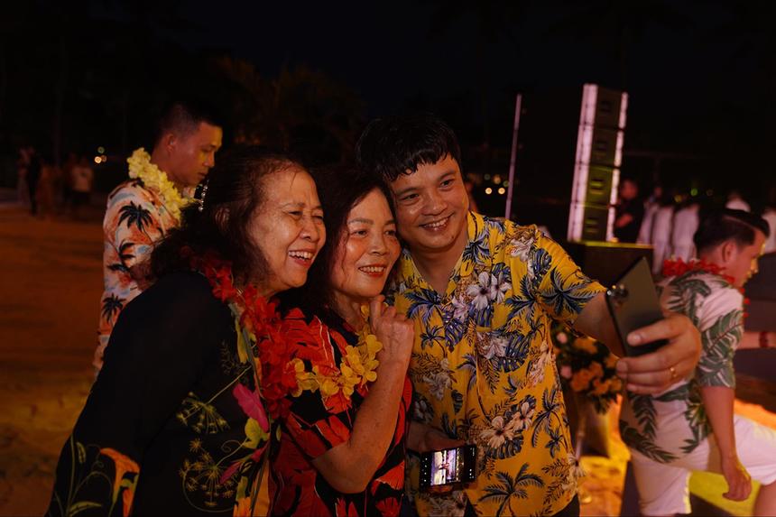 Trong ảnh, anh Nguyễn Văn Khoa giao lưu với người thân các cá nhân xuất sắc FPT 2020.