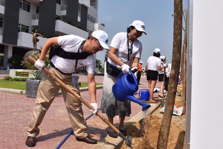 Loạt cây xanh gồm phượng, bàng, xoài... được trồng bao quanh khuôn viên campus FSchool Đà Nẵng, khu đô thị FPT, quận Ngũ Hành Sơn. Lần lượt các công ty và số cây: nhà Giáo dục: 10 cây; nhà Bán lẻ: 12; FPT IS: 25; Liên quân FPT Online - FPT HO và FCI: 7; FPT Telecom: 23 và FPT Software: 30.