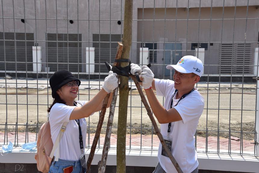 """'Cảm xúc hai vợ chồng cùng trồng cây rất thú vị. Đặc biệt hơn là cây được trồng trong hành trình đến Đà Nẵng nhận vinh danh của tập đoàn và cùng nhau ghi dấu ấn, để lại một cây sẽ được ươm mầm trong khuôn viên của trường học"""", chị Hồ Ni Ni, vợ anh Huỳnh Quốc Tuỳn (FPT Telecom), chia sẻ."""