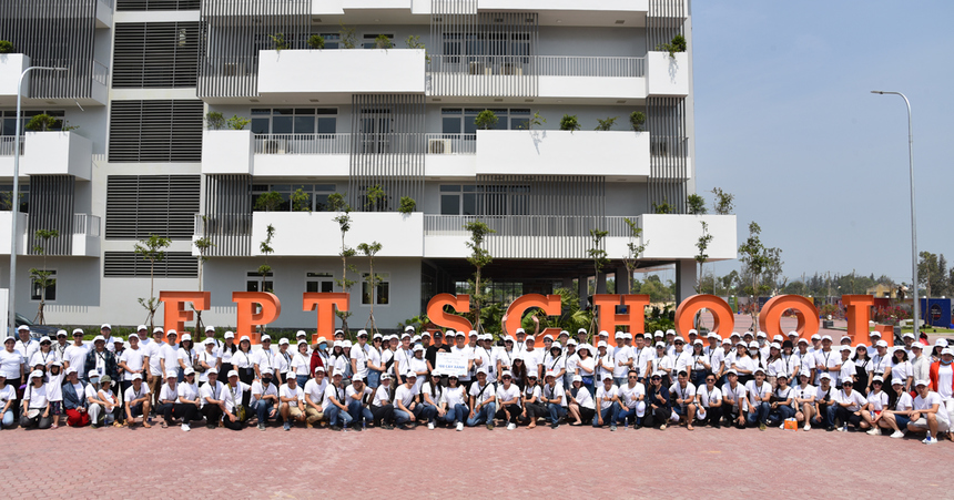 Tập thể đoàn lãnh đạo FPT, cá nhân xuất sắc và người thân cùng chụp ảnh lưu niệm tại campus FPT School khi trao bảng lưu niệm cho đại diện trường.