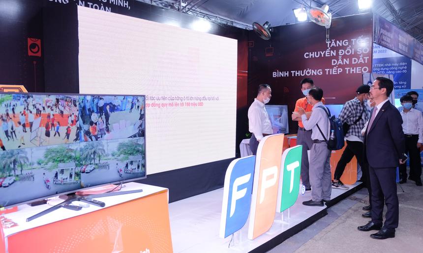 Mang đến triển lãm, FPT xây dựng 2 khu vực gồm: Y tế thông minh - giới thiệu hệ sinh thái các sản phẩm công nghệ về y tế số của FPT IS và khu vực Trải nghiệm thông minh - Cuộc sống an toàn với các sản phẩm công nghệ của FPT Telecom. Ảnh: FPT IS