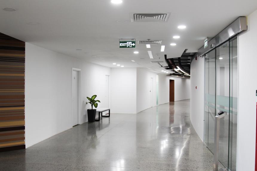 Với lối kiến trúc hình trống đồng, khu vực lối đi ở giữa sẽ tạo thành vòng tròn, hai bên là khu vực phòng làm việc của từng đơn vị, bộ phận. Nếu tính riêng Đà Nẵng và khu vực miền Trung, F-Complex được xem là khu phức hợp văn phòng hiện đại bậc nhất.