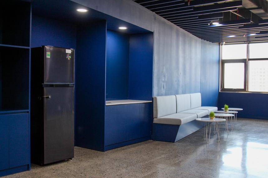 Ở mỗi khoang làm việc, khu vực nghỉ ngơi dành cho CBNV còn được trang bị thêm tủ lạnh, lò vi sóng... để đáp ứng nhu cầu nghỉ trưa, thư giãn giữa giờ. Những trang bị này là xu hướng của những khu phức hợp văn phòng cao cấp, môi trường làm việc thân thiện và chuyên nghiệp cho nhân viên.