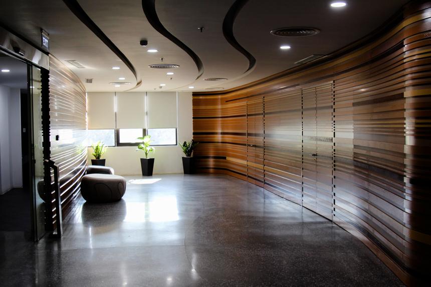 Ở phía ngoài là khu vực phòng chờ được thiết kế theo hướng mở, hệ thống cửa sổ có thể đón ánh nắng trực tiếp. Nơi đây dự kiến sẽ tiếp đón những vị khách quan trọng đến thăm, làm việc với FPT Software.