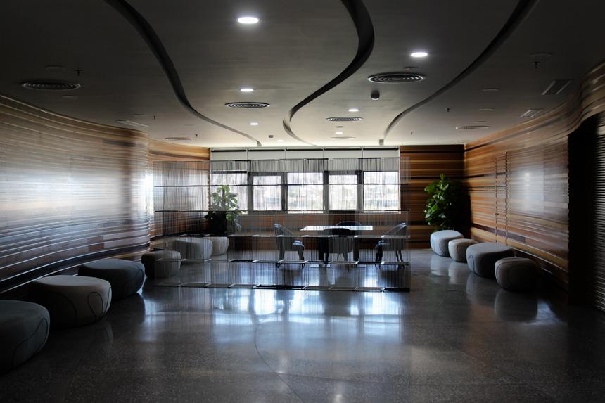 Điểm đặc biệt ở các khu vực phòng chờ là thiết kế khá rộng, thoáng đãng.... được bố trí nhiều bàn, ghế, xung quanh được tạo hình các đường viền uốn lượn, cách âm tốt.