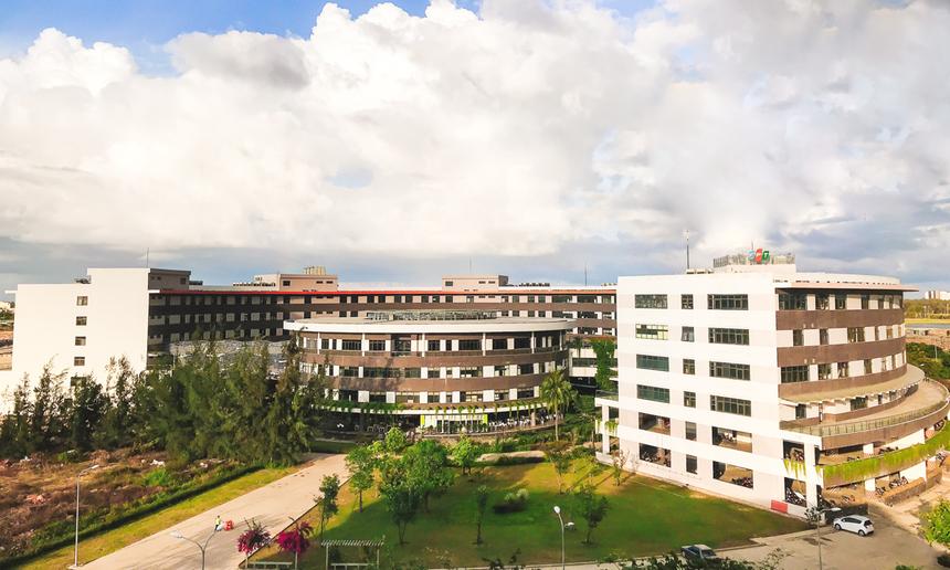 Khu phức hợp văn phòng F-Complex - mô phỏng hình trống đồng - được xây dựng trên diện tích 5,9 ha thuộc phường Hoà Hải, quận Ngũ Hành Sơn, TP Đà Nẵng. Dự án chính thức khởi công vào ngày 13/8/2014 với mục tiêu hoàn thiện trung tâm phần mềm trọng điểm của FPT Software tại miền Trung.