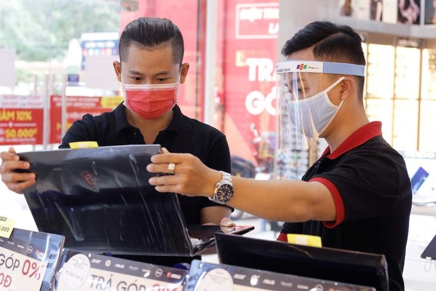 Tại FPT Retail, nhân viên bán hàng được trang bị mũ chống giọt bắn để đảm bảo an toàn cho khách hàng.