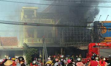 'Cáo' Phú Yên hỗ trợ dập lửa, xông pha 'cứu' hạ tầng sau đám cháy