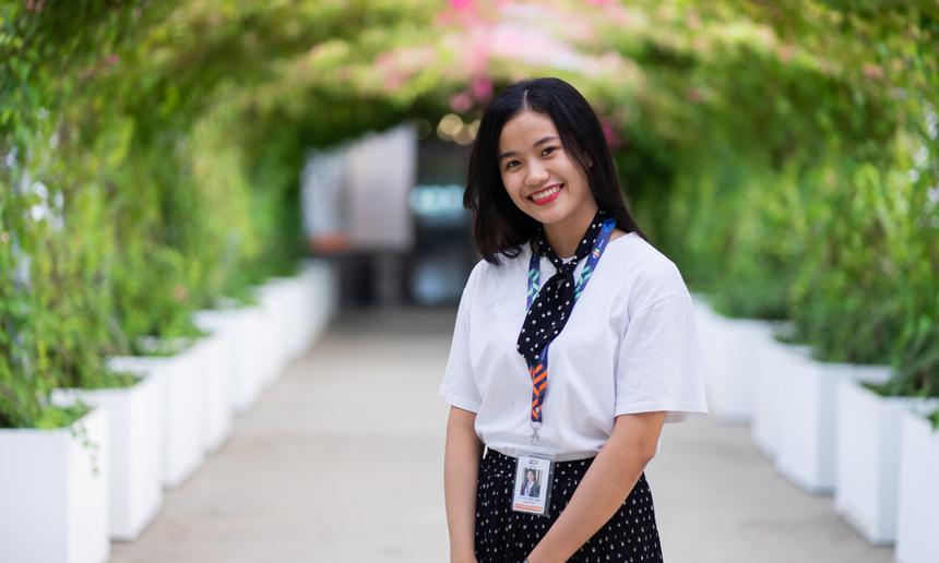 <p> Từ Thị Việt Linh hiện là nhân viên phòng Nhân sự, FPT Software Đà Nẵng. Cô nàng sinh năm 1999 đã có hơn 2 tháng trải nghiệm với nhà Phần mềm và để lại khá nhiều ấn tượng với bạn bè, đồng nghiệp.</p>