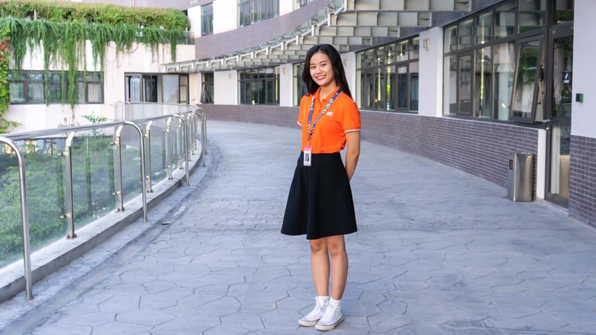 <p> Linh kí hợp đồng thử việc tại FPT Software từ khi còn là sinh viên khoa Kế toán, trường Đại học Kinh tế Đà Nẵng. Cô nàng sở hữu bảng thành tích học tập thuộc dạng 'khủng' với 3.57 điểm tổng kết, xếp hạng thành tích loại giỏi.</p>