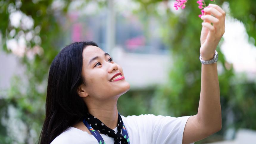 <p> Ngoài những thành tích học tập, Linh còn được mọi người biết đến với khả năng ca hát, chơi đàn và chơi nhiều môn thể thao khác nhau.</p>
