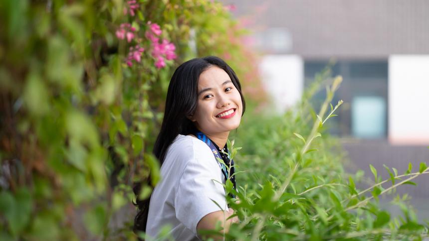 <p> Lật lại bảng thành tích của Linh, cô nàng cũng là thủ khoa đầu vào chuyên Toán, trường THPT Đại học Khoa học Huế, điểm thi đại học đạt 26 điểm (khối D), Top 12 Thủ lĩnh sinh viên Đại học Kinh tế và Đồng sáng lập dự án cộng đồng Mùa yêu thương - ghi dấu với nhiều hoạt động ý nghĩa tại TP Đà Nẵng và các tỉnh miền Trung.</p>