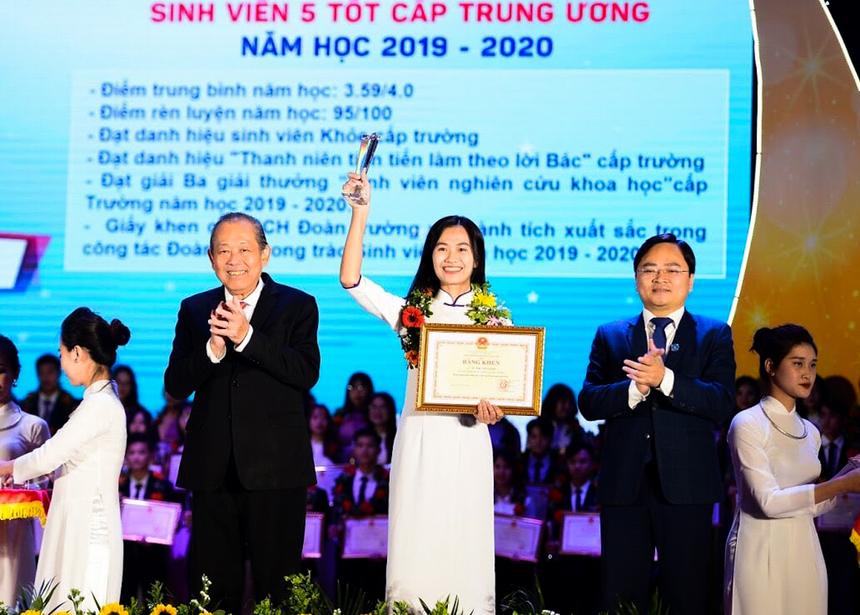 <p> Trước ngày đặt chân vào FPT, Từ Thị Việt Linh còn vinh dự nhận danh hiệu Sinh viên 5 tốt cấp Trung ương năm 2020 do Phó Thủ tướng thường trực Trương Hoà Bình trao tặng.</p>