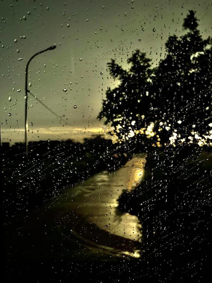 """<p> """"Rainy day"""" (Ngày mưa) của anhĐặng Duy Tiến chụp qua khung cửa kính nhòe nước mưa.</p>"""