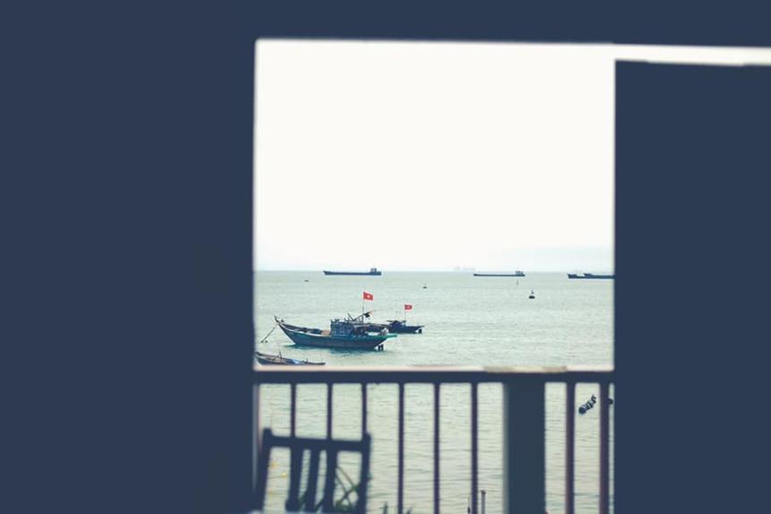 """<p class=""""Normal""""> <span>Vẻ thanh bình của biển Việt Nam được tái hiện trong """"Cửa sổ - Cửa biển"""" của tác giả</span><span>Nguyễn Tiến Bình.</span></p>"""