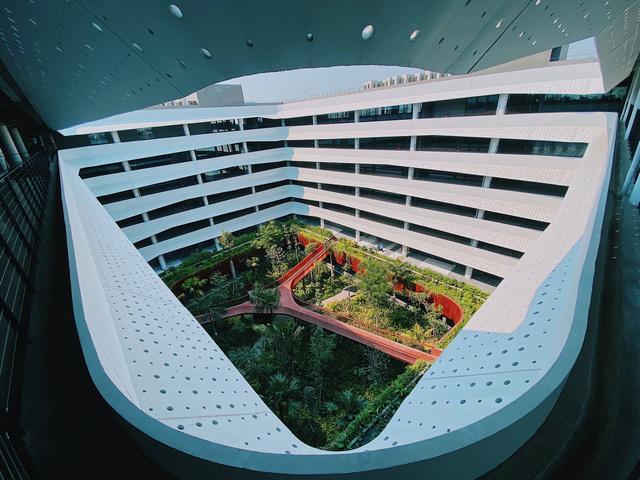 """<p class=""""Normal""""> <span>Phần hiên che nắng chạy dọc tòa nhà giúp hạn chế ánh nắng trực tiếp chiếu vào lớp kính. Do đó, văn phòng vẫn đầy ánh sáng tự nhiên mà không bị nhiệt độ bên ngoài tác động, hạn chế lượng sử dụng điều hòa.</span></p>"""