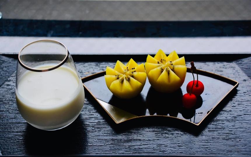 """<p> Thay vì đồ mặn, tác giả Nguyễn Thị Hương Thơm chụp lại bữa ăn """"healthy"""" với sữa và hoa quả.</p>"""