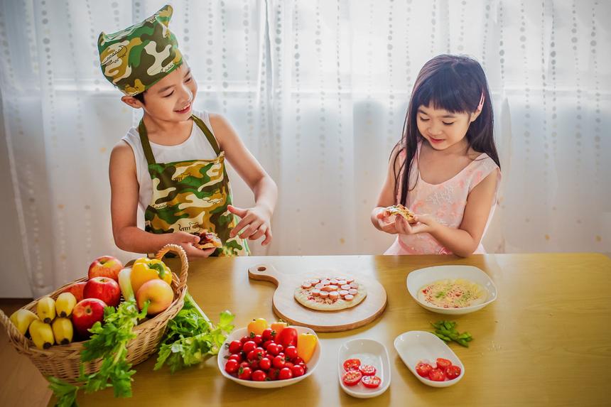 """<p class=""""Normal""""> Khoảnh khắc gia đình ấm cúng và hạnh phúc của chị<span>Nguyễn Minh Thu k</span><span>hi cậu con trai vào bếp hướng dẫn nấu ăn cho em gái.</span></p>"""
