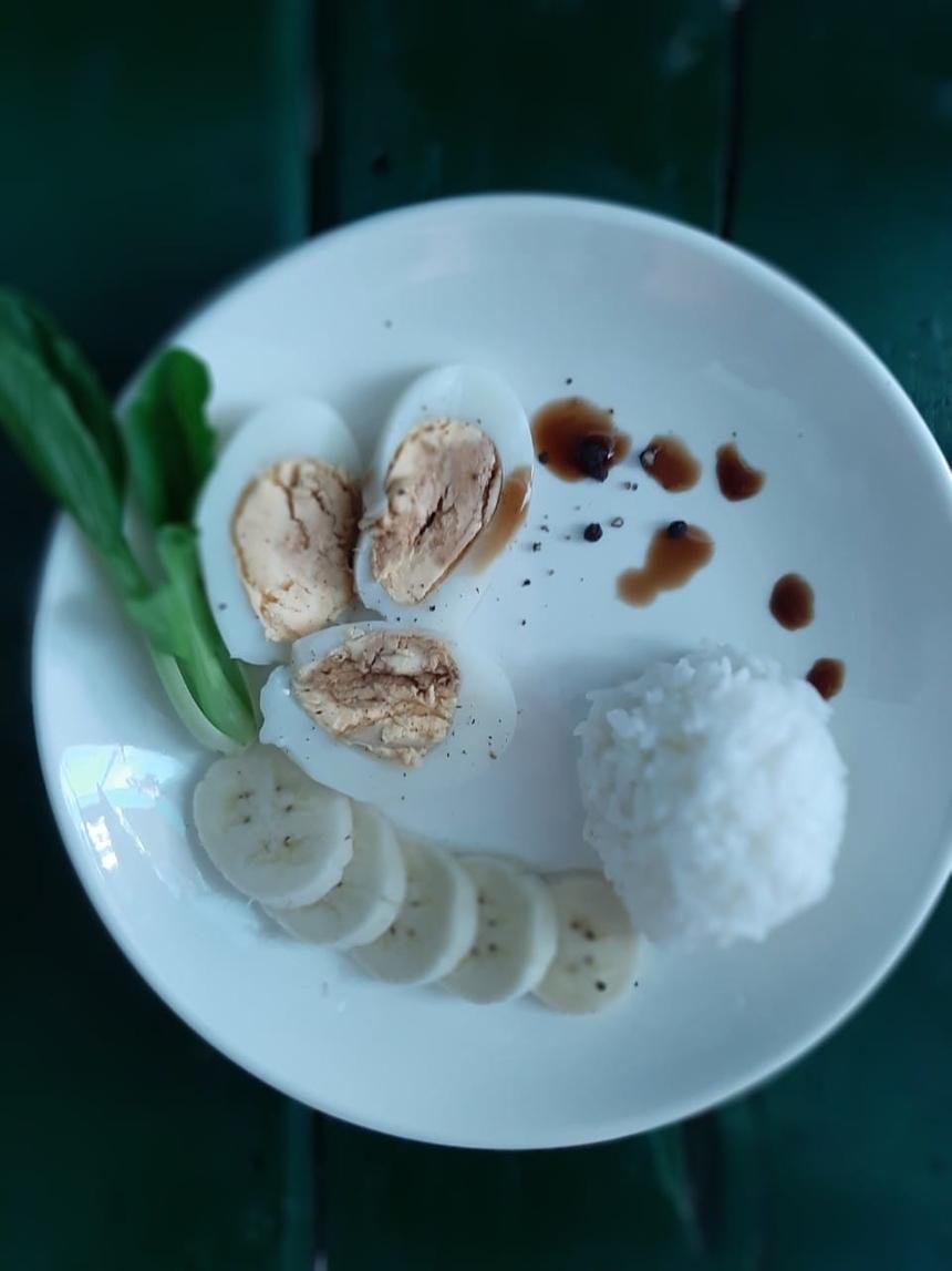 """<p class=""""Normal""""> Chỉ với những nguyên liệu hết sức đơn giản, chị<span>Nguyễn Thị Thương đã bày biện đĩa cơm theo phong cách Fine Dining. Tên bức ảnh chị đặt cũng """"thơ"""" không kém: """"</span><span>Em về tinh khôi"""".</span></p>"""