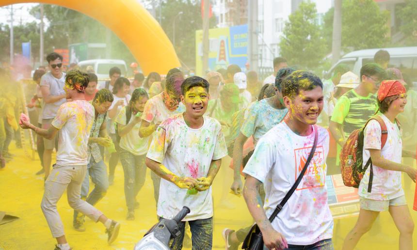 """<p class=""""Normal""""> Năm 2017, FPT HCM làm mới ngày kỷ niệm sinh nhật công ty bằng FPT Color Fest. """"Lễ hội sắc màu"""" độc đáo được tổ chức từ 14h đến 21h ngày 13/9, tại quận 7, dành cho tất cả CBNV FPT đang làm việc tại TP HCM và các tỉnh lân cận. Khắp mọi nơi, bột màu liên tục được người F tung lên trời và nhắm vào bất kỳ ai đi ngang qua.</p>"""