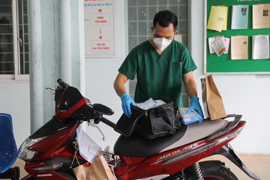 """<p class=""""Normal""""> Ngay trong ngày, một phần thuốc được chuyển đến trạm y tế phường Linh Tây. Tại đây, sau khi tiếp nhận, bác sĩ Đỗ Tuấn Anh (Học viện Quân y) mang túi thuốc đi khám cho các F0 đang điều trị tại phường.</p> <p class=""""Normal""""> Bác sĩ Tuấn Anh cùng 2 học viên từ Hà Nội vào, lập một tổ quân y cơ động tại đây từ ngày 24/8. Họ có nhiệm vụ quản lý, chăm sóc bệnh nhân Covid-19 tại nhà cũng như hỗ trợ điều trị các bệnh lý khác, tiêm vaccine... giúp người dân nhanh chóng tiếp cận y tế.</p>"""