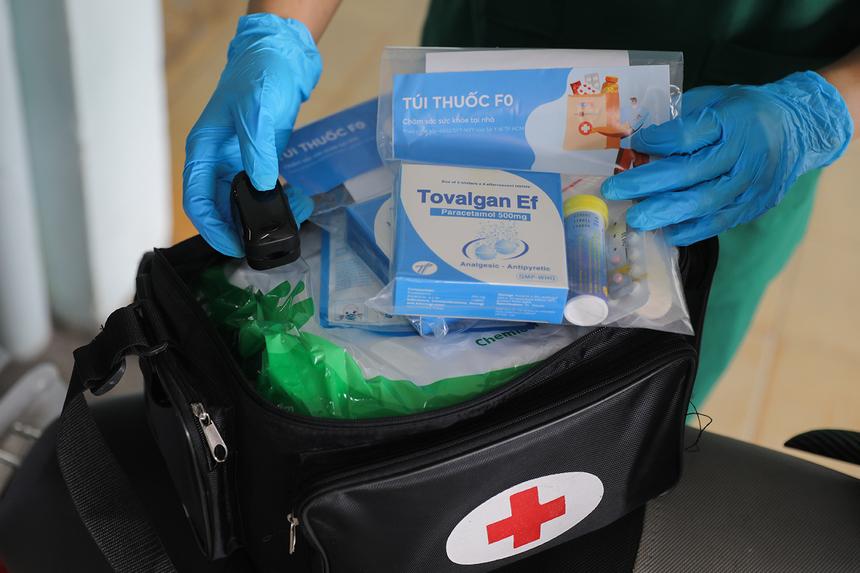 """<p class=""""Normal""""> Ngoài túi thuốc, dụng cụ đo nồng độ oxy SPO2, máy đo huyết áp, nhiệt kế... là """"hành trang"""" không thể thiếu của nhân viên y tế khi thăm khám các F0 đang điều trị tại nhà.</p>"""