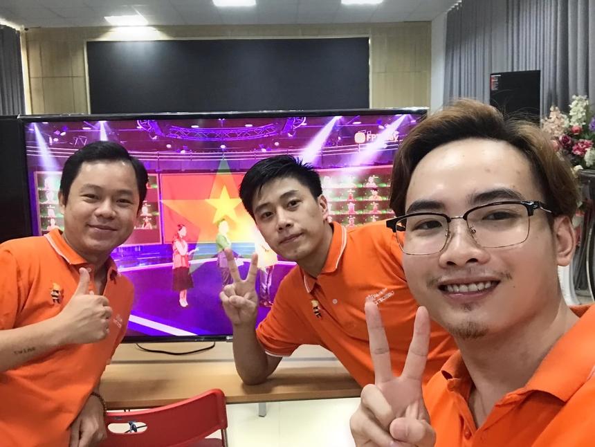 <p> Anh Nguyễn Hoàng Hiệp (góc phải) đón sinh nhật đáng nhớ của FPT cùng các đồng nghiệp tại FPT Polytechnic.</p>