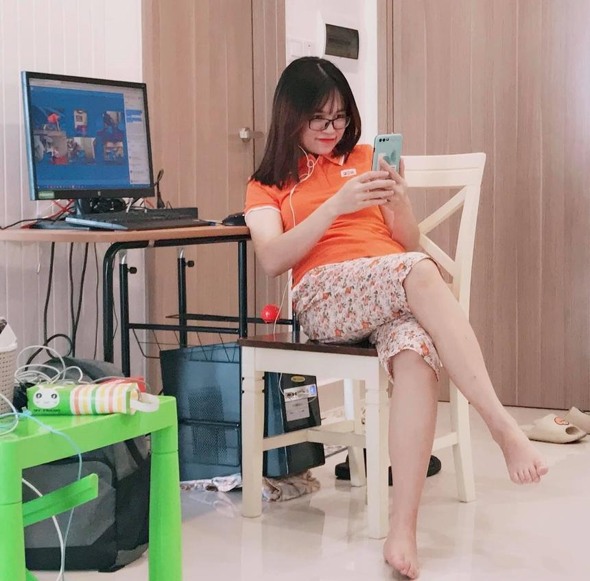 """<p class=""""Normal""""> Lần nào đến sinh nhật FPT, chị Nguyễn Thị Hồng Nhung (FPT Software) cũng cũng tràn ngập niềm tự hào vì không phải công ty nào cũng có được văn hóa như nhà F.</p> <p class=""""Normal""""> Với chị Nhung, buổi lễ kỷ niệm sáng 13/9 đã thể hiện sự cố gắng lớn lao của người FPT mọi miền trong bối cảnh đại dịch. """"Mình ấn tượng nhất tinh thần của anh em FPT, khi các dòng comment chúc mừng sinh nhật công ty cứ chạy liên tục xuyên suốt khiến cho phần trao giải iPad phải đến 4, 5 lần mới chốt được kết quả"""", chị Nhung cười.</p> <p class=""""Normal""""> Bức ảnh chị Nhung đang vừa work from home trong chiếc quần hoa vừa theo dõi sinh nhật Tập đoàn được chồng chị ghi lại. Anh xã của chị từng công tác tại FPT 7 năm và để lại đây quãng thời gian đẹp nhất sau khi ra trường. Năm nào anh cũng """"bám càng"""" chị đi xem Hội diễn hoặc những chương trình ca nhạc tổ chức tại FPT.</p> <p> May mắn có một đời sống bình yên mùa dịch, chị Nhung chia sẻ rất cảm động trước thông điệp """"Tái sinh"""". """"Càng trong dịch anh em ta phải cùng đoàn kết một lòng để vươn lên mạnh mẽ hơn sau cơn đại dịch. Và đặc biệt, người FPT sẽ không có ai bị bỏ lại phía sau"""".</p>"""