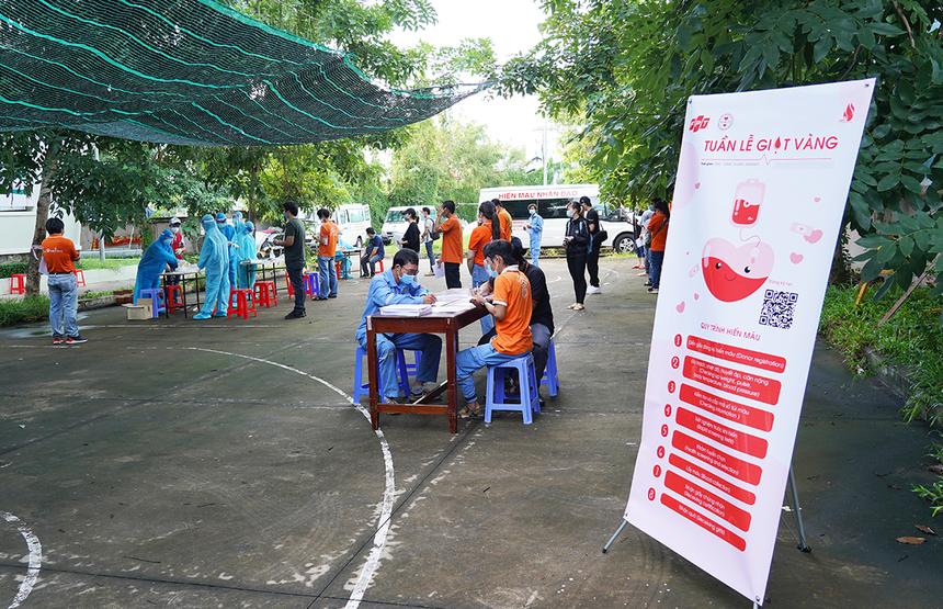 """<p class=""""Normal""""> Công đoàn Tập đoàn tổ chức đợt hiến máu mang tên """"Tuần lễ Giọt vàng"""" dành cho CBNV FPT HCM từ ngày từ 20/9 đến 26/9 tại Trung tâm Thể dục Thể thao, số 504 - 506 Huỳnh Tấn Phát, phường Bình Thuận, quận 7. Cập nhật chiều 19/9 có 745 CBNV đăng ký hiếnmáu, trong đó đông đảo nhất là FPT Telecom với hơn 500 người, FPT Retail: 80, FPT Software: 32, Synnex FPT: 30… Ngày đầu tiên, dự kiến có khoảng 200 người tham gia hiến máu.</p>"""