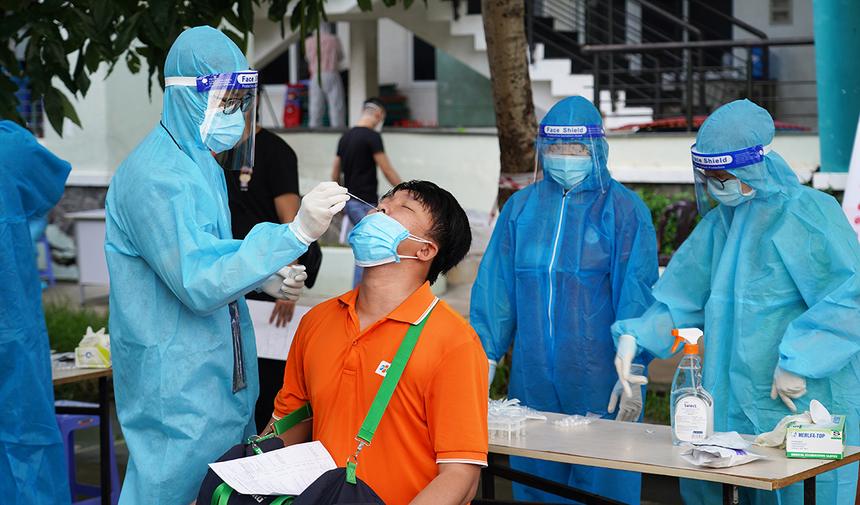 """<p class=""""Normal""""> Công đoàn FPT lưu ý: CBNV và người thân mới tiêm vaccine trong vòng 7 ngày thì không tham gia chương trình này. Đối với các địa phương yêu cầu người tham gia hiến máu phải có kết quả xét nghiệm Covid-19 âm tính, chi phí test sẽ được công ty hỗ trợ chi trả. Ảnh người F test nhanh Covid trước khi thực hiện quy trình hiến máu sáng nay (20/9).</p>"""