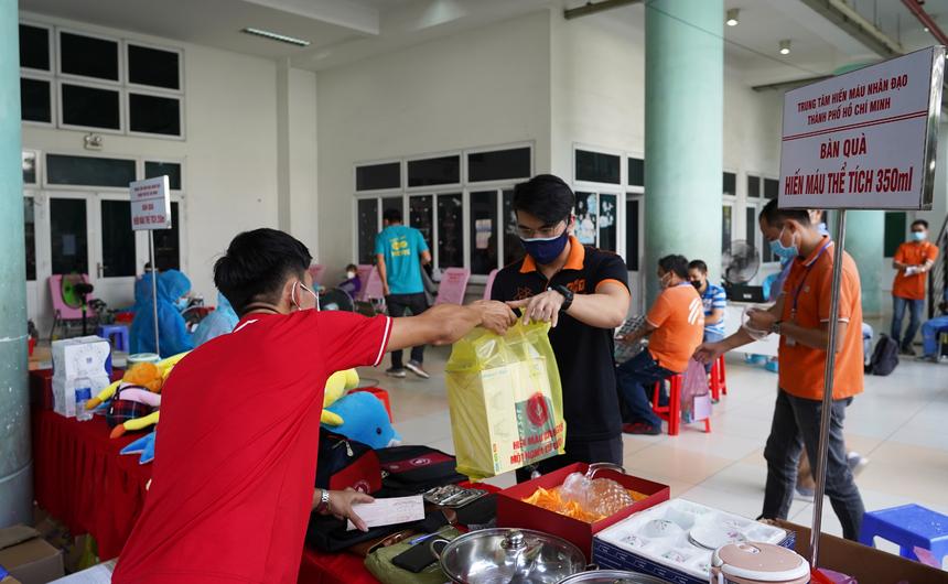 <p> Đặc biệt, ngoài sữa và thuốc bổ máu, Ban tổ chức chuẩn bị rất nhiều phần quà để tặng người hiến máu như: bộ ly, chén ăn, hộp đựng cơm, nồi nấu lẩu, balo....</p>
