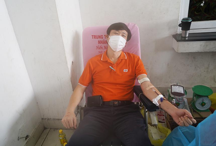 """<p class=""""Normal""""> Khác với anh Tín, chị Hạnh, """"Tuần lễ Giọt vàng"""" là lần đầu hiến máu của anh Lê Đức Thuần, Trưởng ban Cơ sở vật chất FPT Retail. """"Theo tiếng gọi cần máu của các bệnh nhân nên tôi muốn vượt qua nỗi sợ để đi hiến máu ngay"""".</p>"""