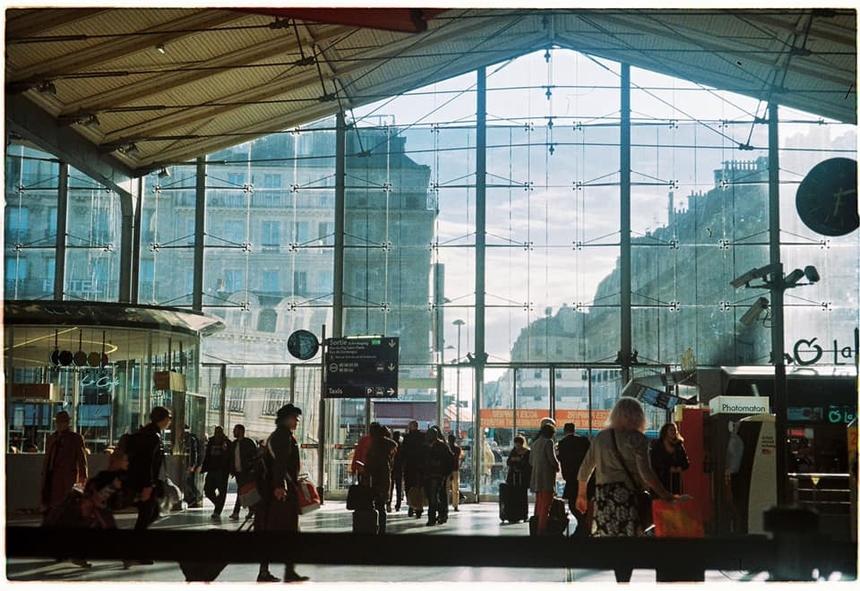"""<p class=""""Normal""""> """"Nắng sân ga"""" được Tống Hoàng Hà<span>My</span><span>chụp tại Gare Du Nord (Paris) vào giữa trưa. Khi cô đang """"đơn độc đến cùng cực giữa một thành phố xa lạ và những con người chả mấy khi nở nụ cười thân thiện"""", vẫn luôn có nắng đồng hành.</span></p> <p class=""""Normal""""> """"Thế nhưng, đây là tấm ảnh film duy nhất mình chụp được trong cả hành trình đấy, vì sau tấm này, máy ảnh kẹt film luôn. Cô đơn chồng chất cô đơn. Thật sự mình đã 'bật khóc giữa Paris'!"""", Hà My hồi tưởng đầy cảm xúc.</p>"""